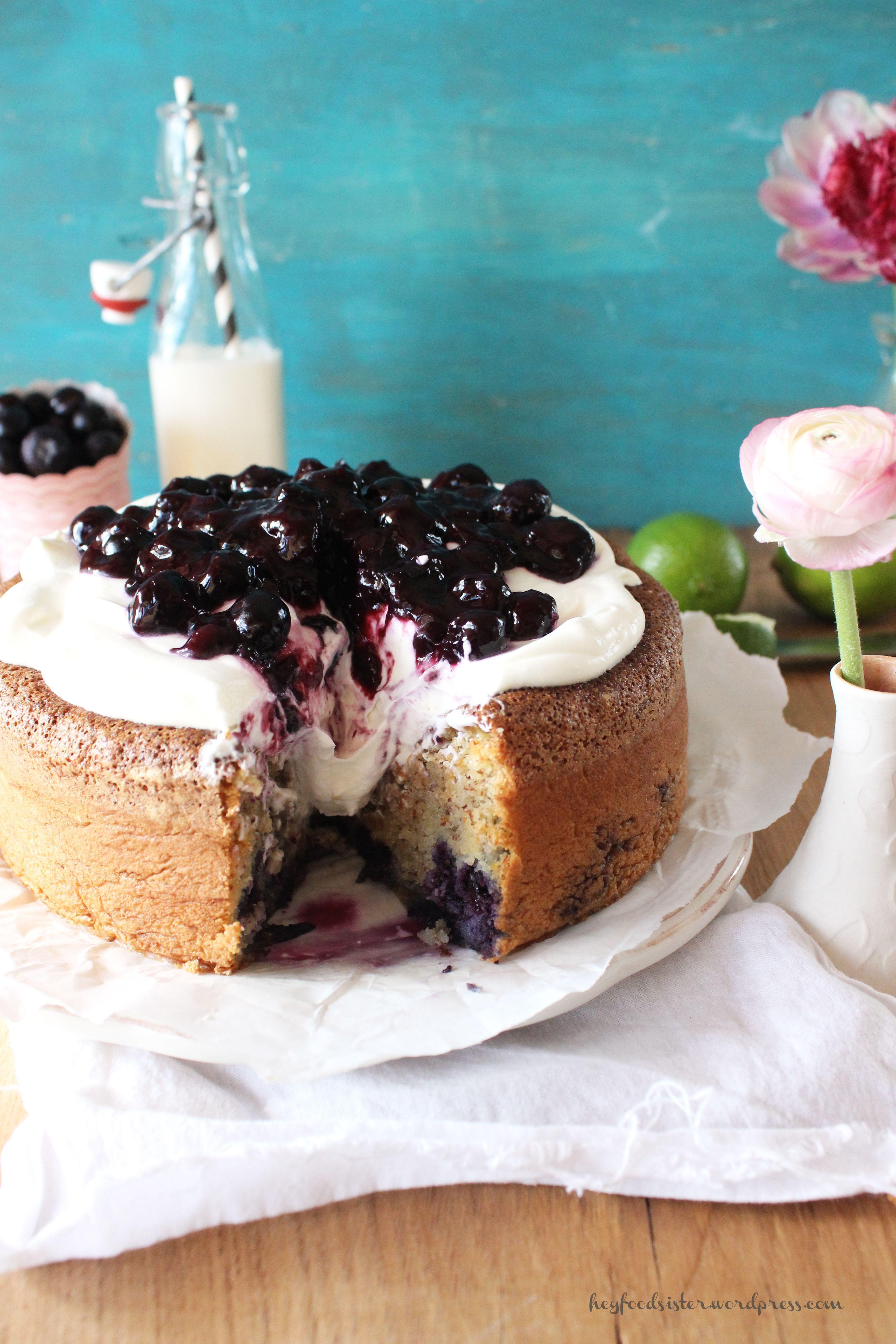 Rezept für einen Mandelkuchen mit Heidelbeeren und Joghurt Sahne Topping