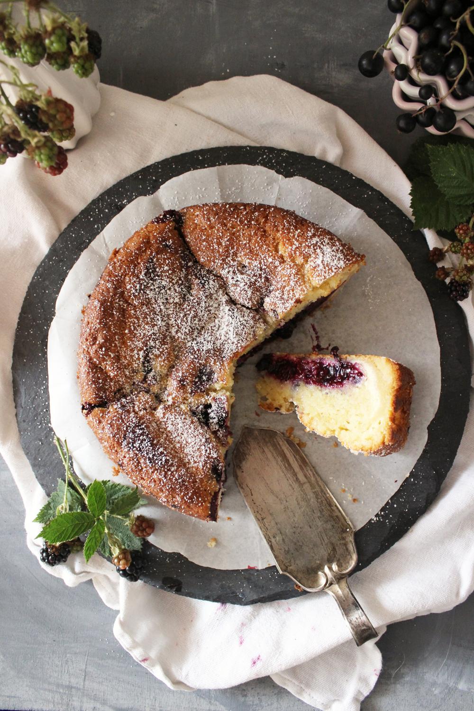 Rezept für einen Buttermilchkuchen mit Cheesecakefüllung und Beeren