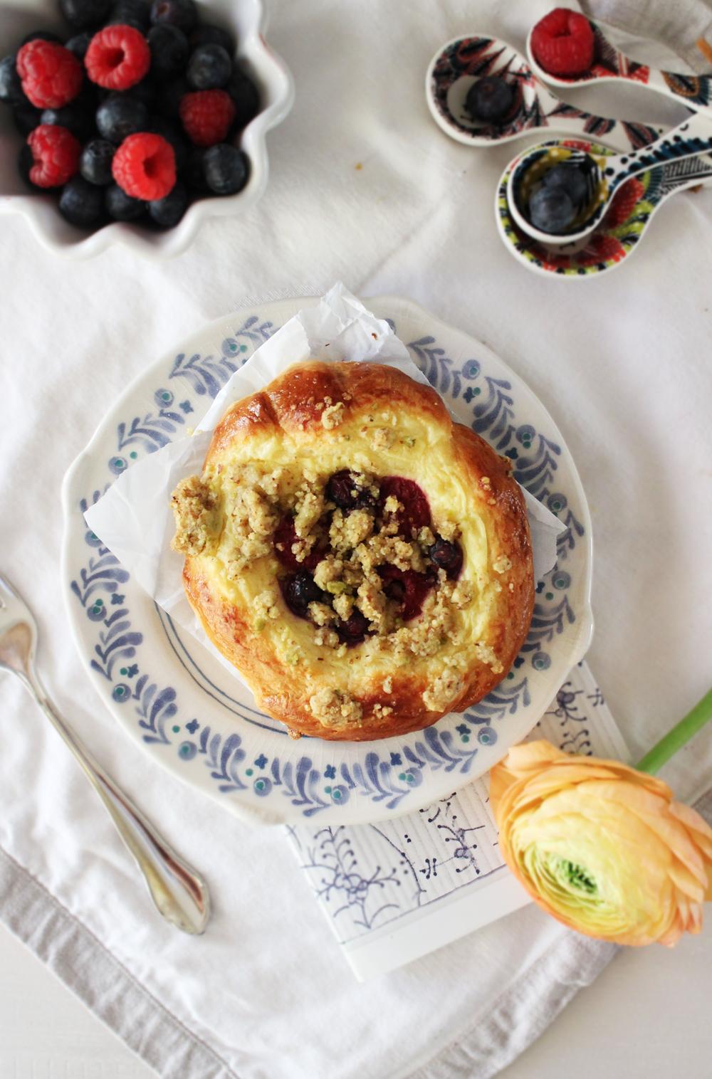 Rezept für Brioche Puddingteilchen mit Beeren und Streuseln
