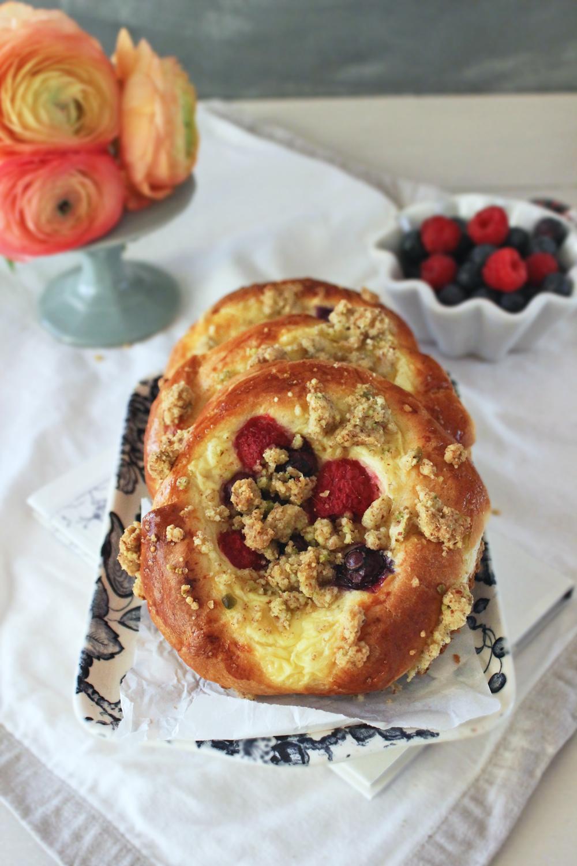 Rezept für Brioche Vanille Pudingteilchen mit Beeren und Pistazienstreuseln