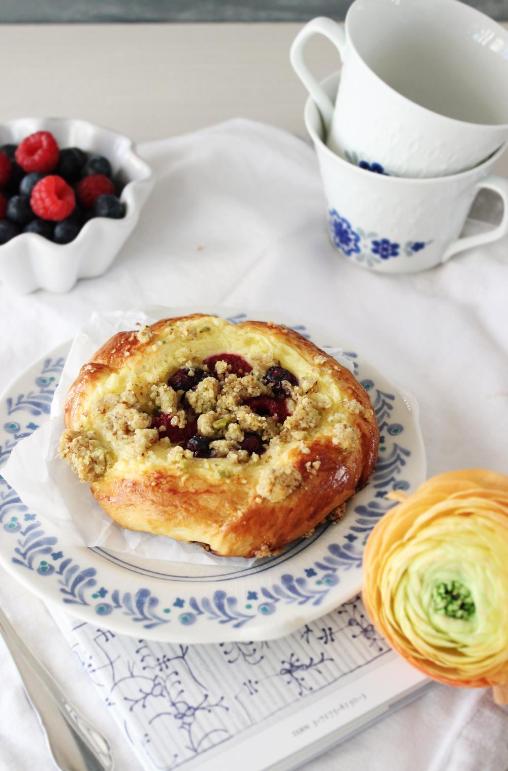 Rezept für Puddingteilchen mit Beeren und Pistazienstreuseln