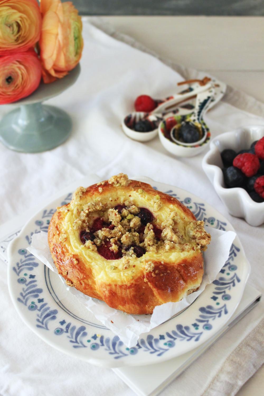 Rezept für Vanille Puddingteichen mit Streuseln und Beeren