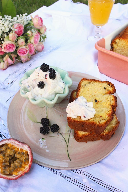 Rezept für einen Buttermilch Kuchen mit Mango Maracuja und Brombeersahne
