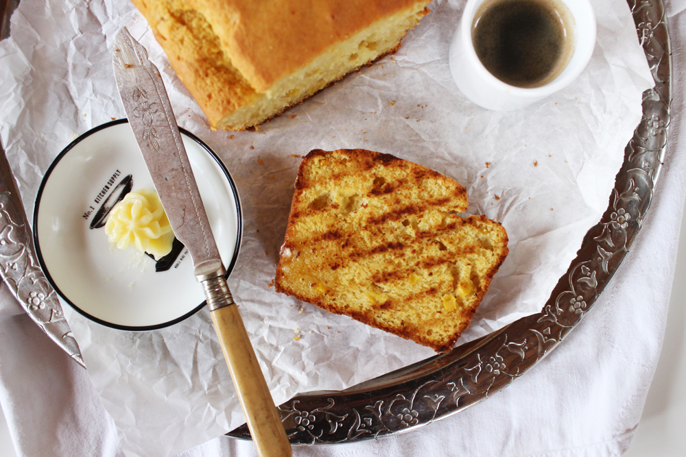 Rezept für gegrilltes Buttermilch Maisbrot mit Honigbutter