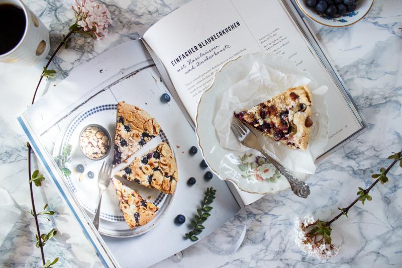 Rezept für einen einfachen Blaubeerkuchen mit Haselnüssen und Zuckerkruste