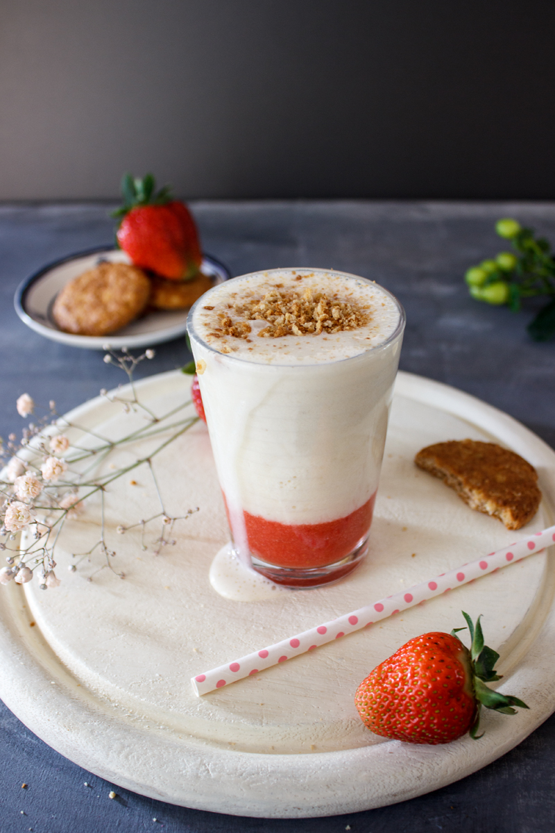 Rezept für einen Milchshake mit Erdbeeren Bananen Vanilleeis und Kekscrunch