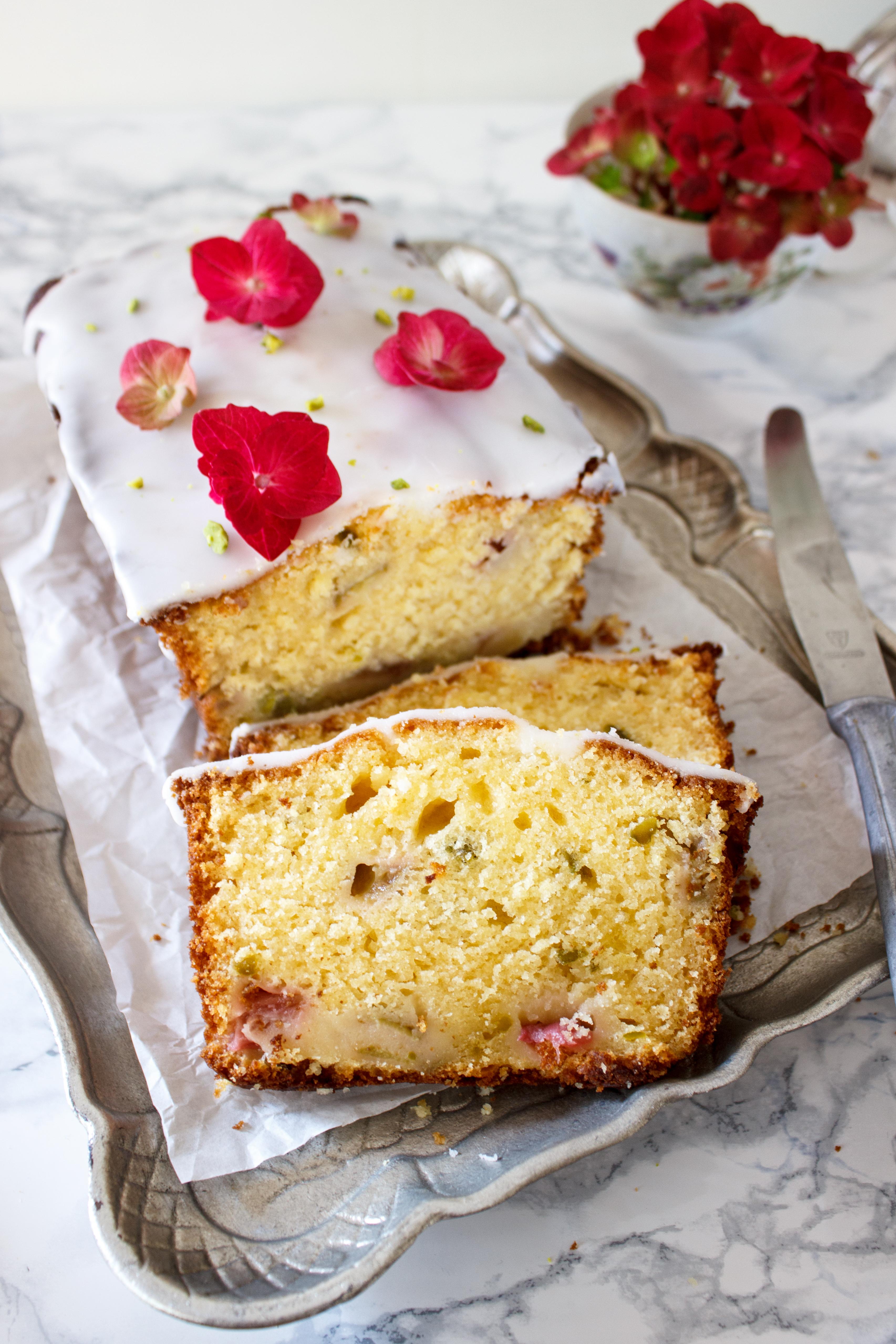 Rezept für einen Kastenkuchen mit Lemon Curd Rhabarber und griechischem Joghurt