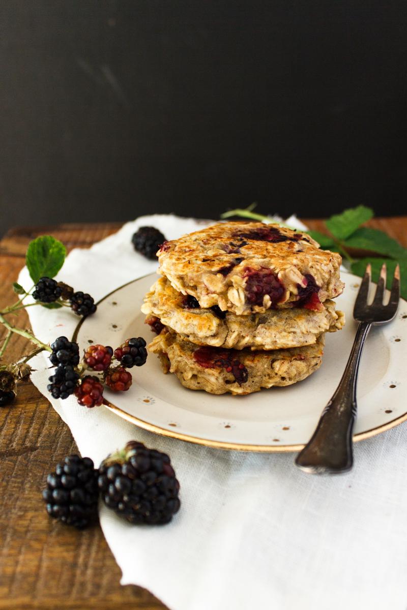 Rezept für zuckerfreie Brombeer Bananen Haferflocken Pancakes