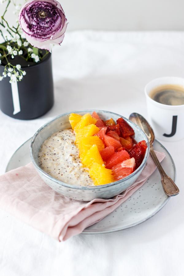 Mohn Porridge mit Zitrusfruchtsalat