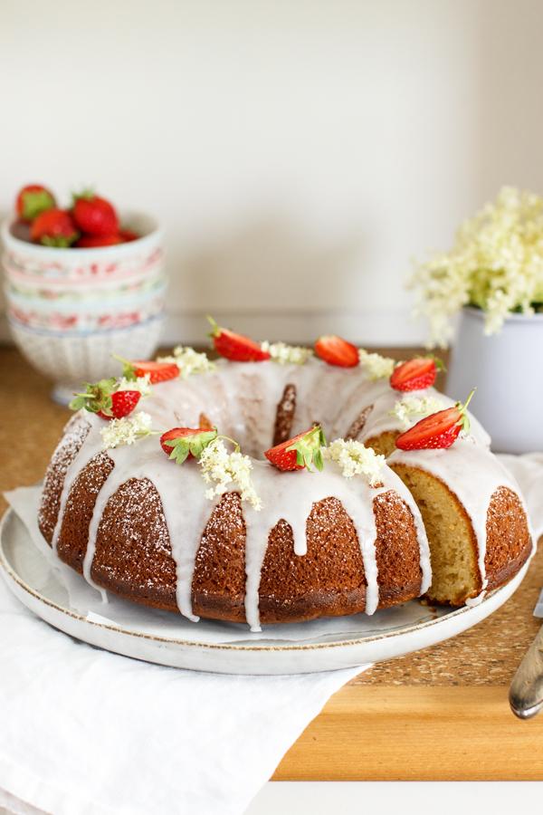 Limetten Joghurt Kuchen mit Holunderblütensirup