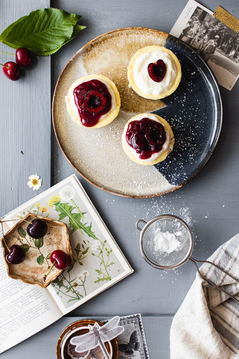 Mini Ricotta Kirsch Cheesecakes mit Mandelboden