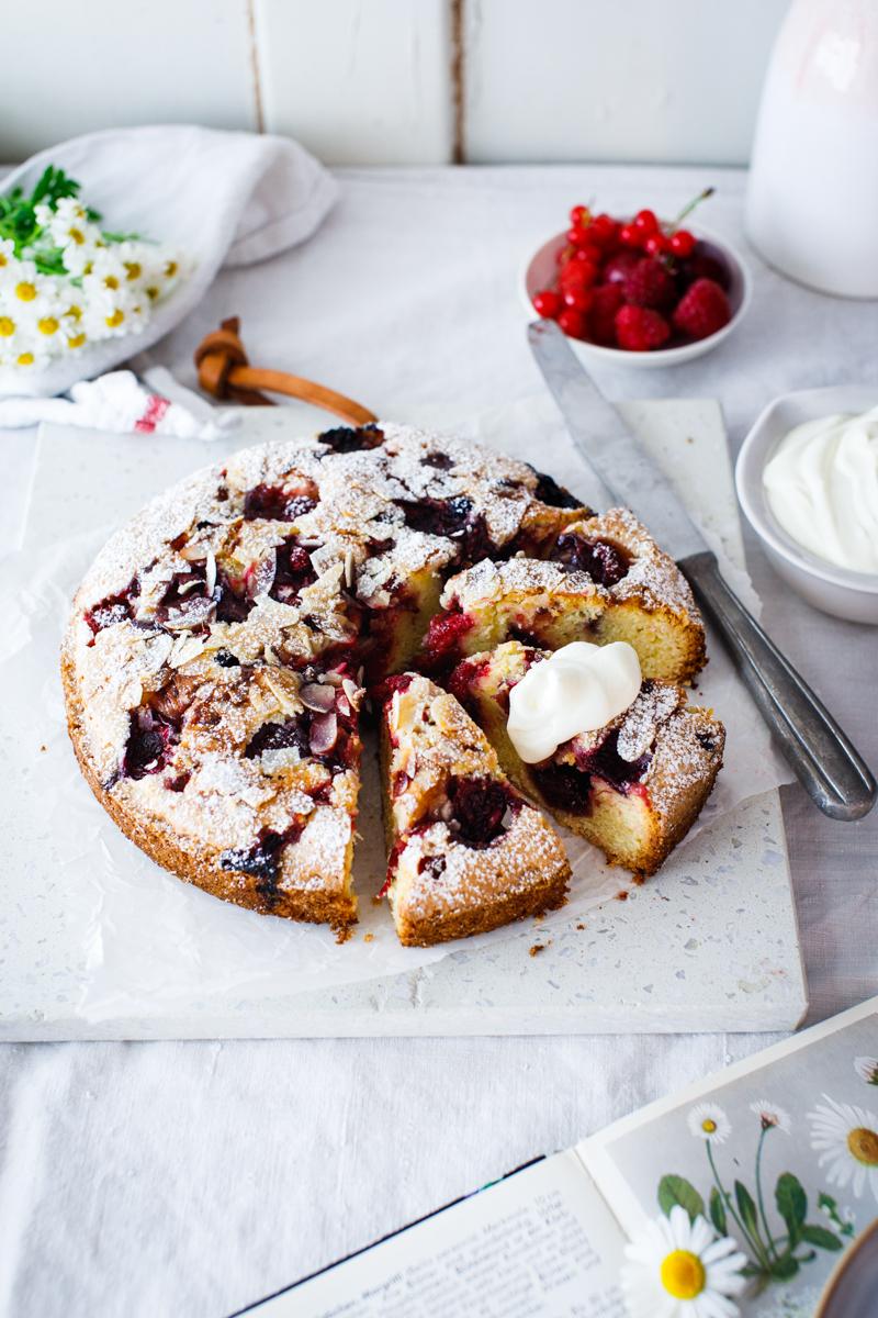 Schwedischer Mandelkuchen mit Roter Grütze