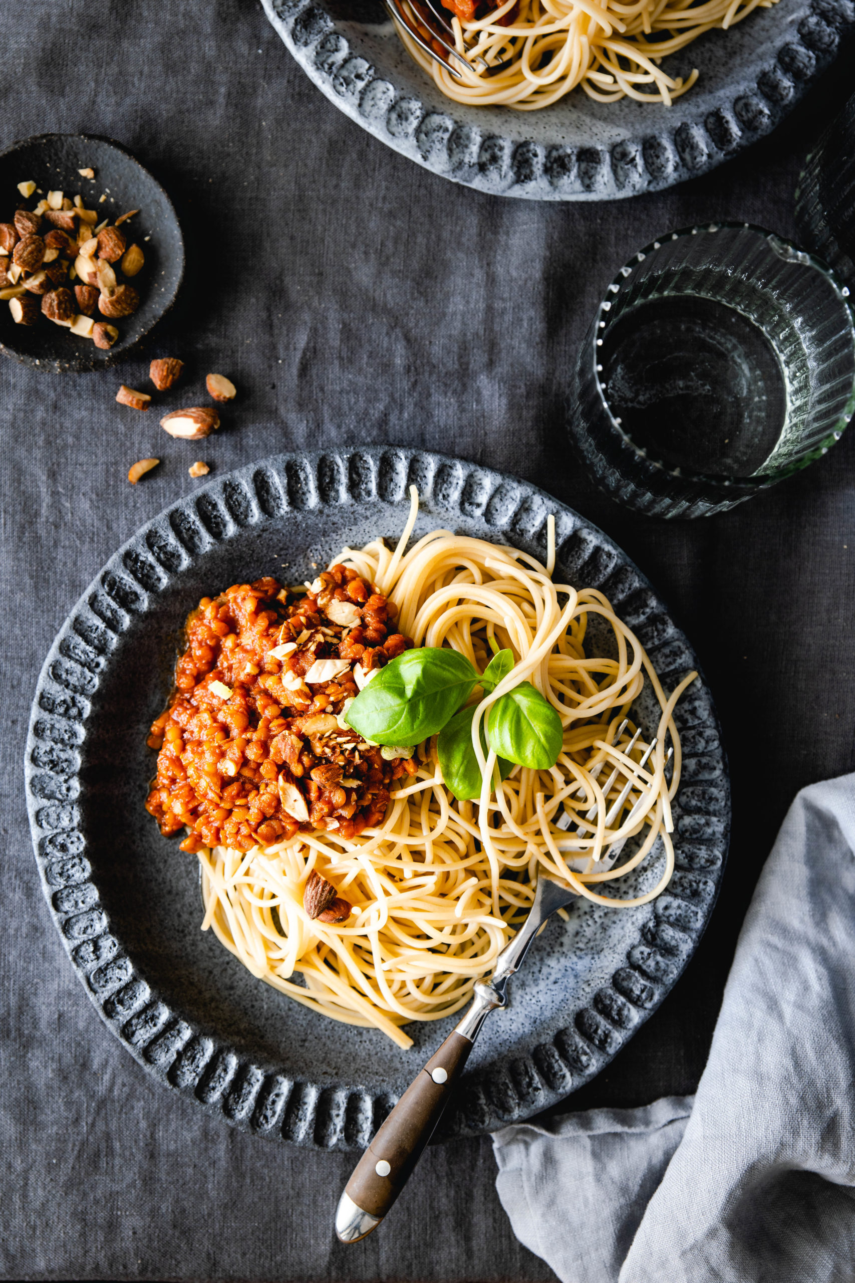 Vegane Linsenbolognese mit Sellerie und Rauchmandeln
