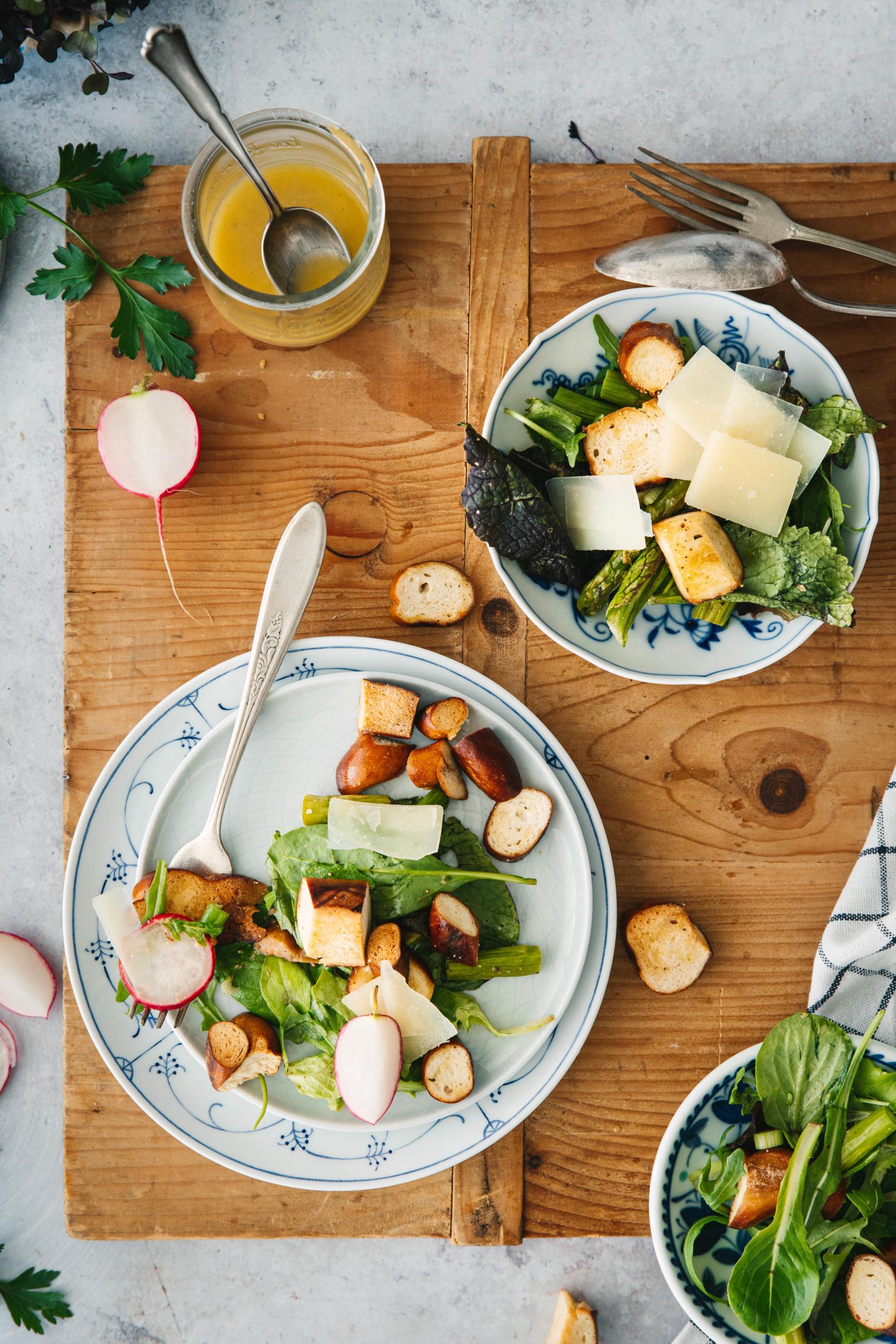 Brezensalat mit grünem Spargel und Radieschen