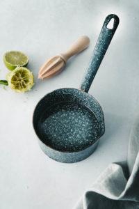 Zuckersirup mit Limette in blauem Topf