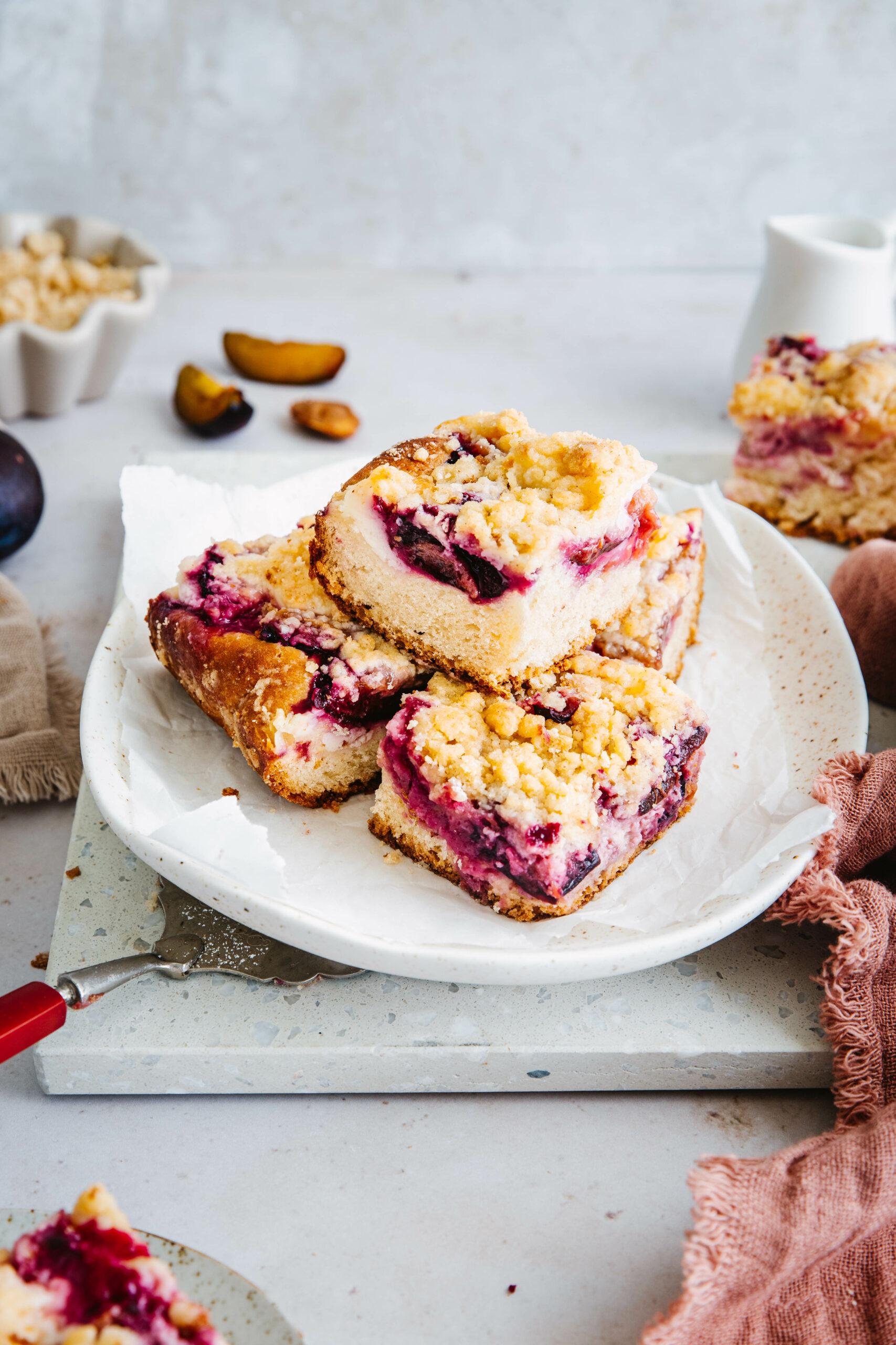 Angeschnittener Zwetschgenkuchen mit Pudding vom Blech