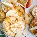 Apfelpfannkuchen mit Joghurt und Nussmus