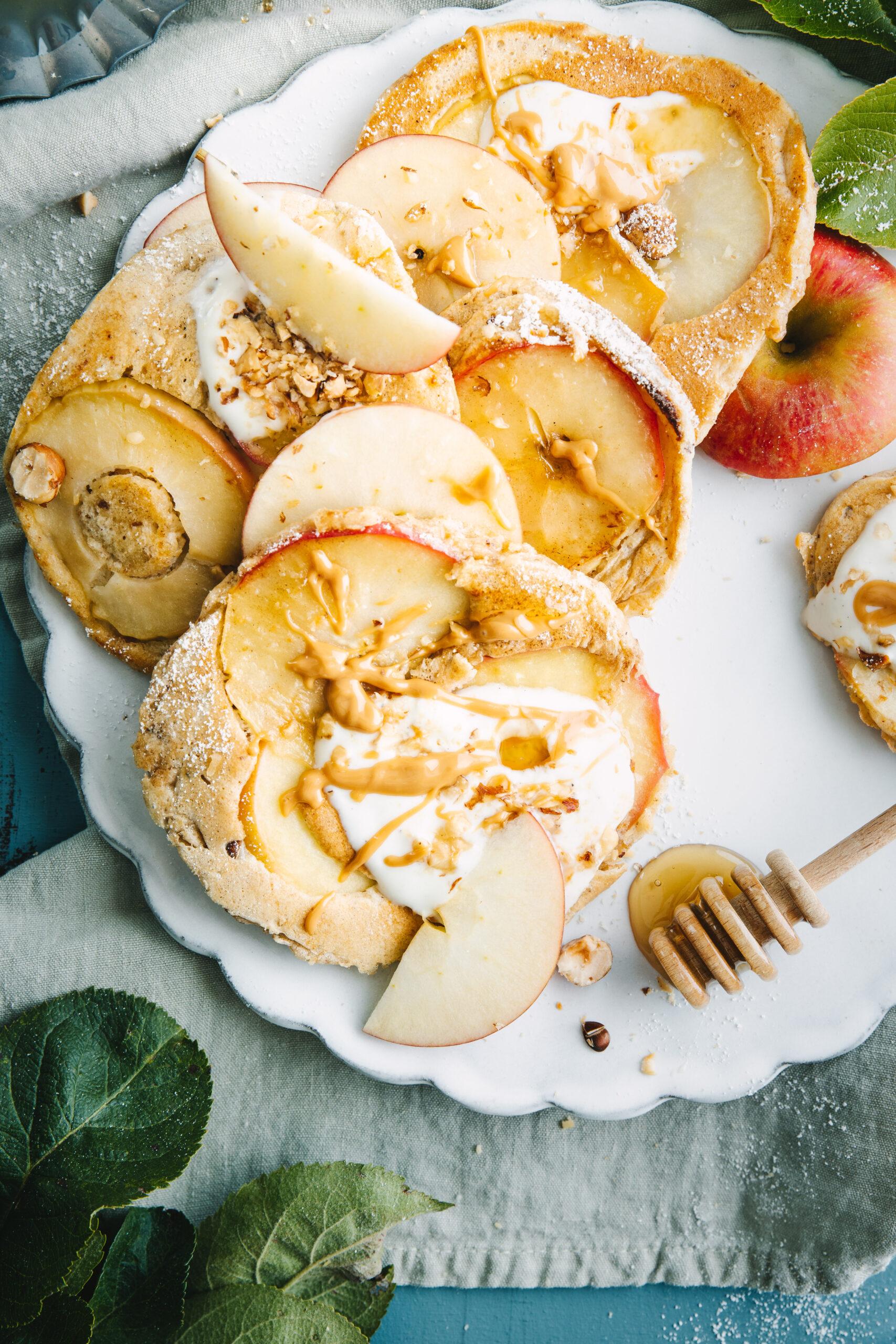 Apfelpfannkuchen mit Nüssen und Honig