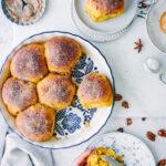Kürbisbrötchen mitPumpkin Spice Kruste und Nüssen